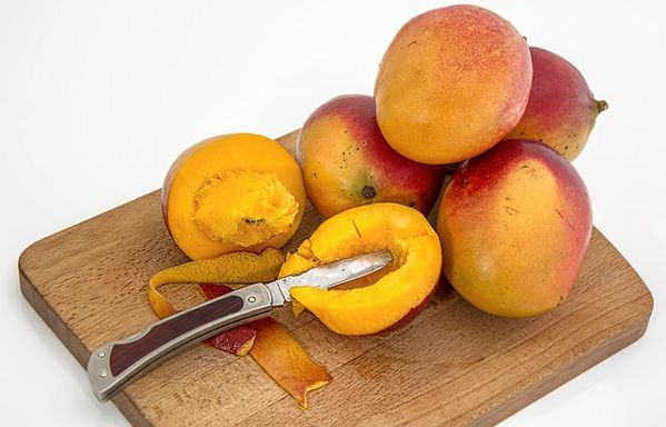 Seducing your man: Mangoes On Cutting Board With Knife