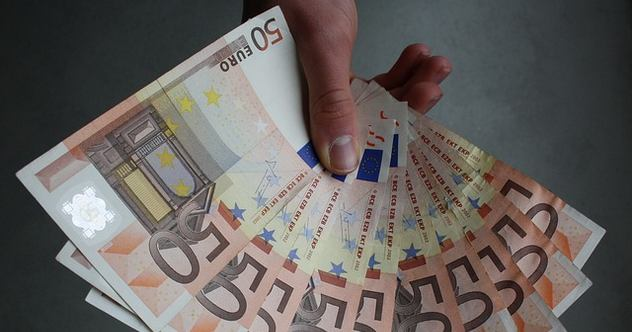 Migrants: Hand holding Euro bills